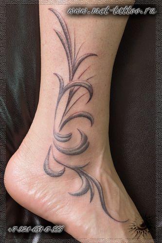 Женская монохромная татуировка на лодыжке. Тату для девушек.