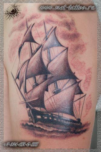 Татуировка для настоящего моряка. Черно-белая татуировка - парусник.