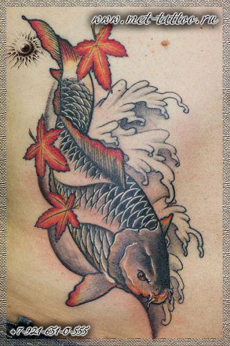Мужская татуировка на боку. Карп - кои.