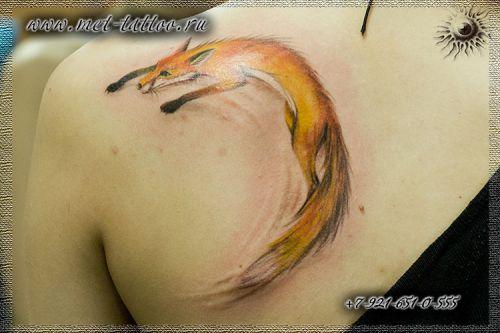 Цветная татуировка для девушек. Тату лиса на лопатке.