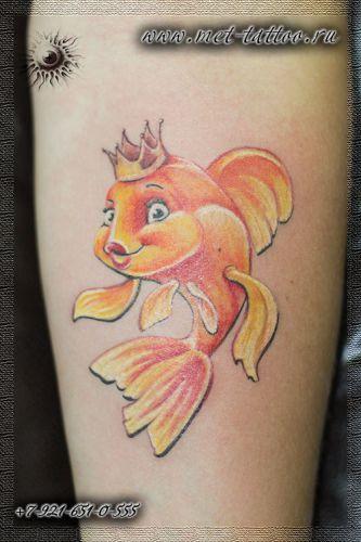 Татуировка на предплечье. Тату - золотая рыбка.