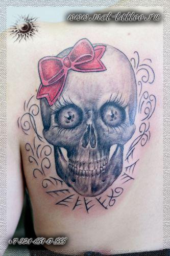 Женская татуировка на лопатке. Череп-девочка с бантиком )