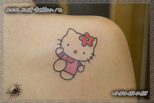 tattoo Hello Kitty. Женская цветная татуировка на лопатке. Тату в СПБ.