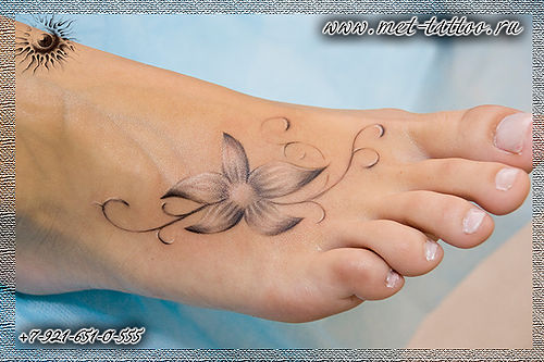 Фото тату на ступне. Черно-белая татуировка у девушки на ступне. Вот такой цветочек.