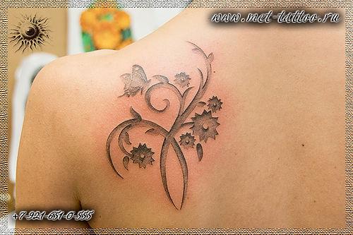 Фото тату-орнамента. Черно-белый женский цветочный орнамент.