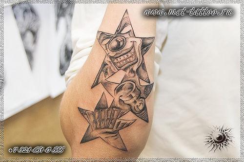 Фото татуировки на предплечье. Черно-белая мужская тату звезды.