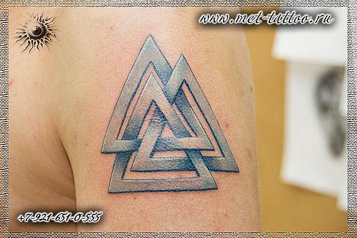 Цветная мужская татуировка на плече. Кольца Борромео.