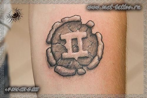 Фото черно белой мужской татуировки
