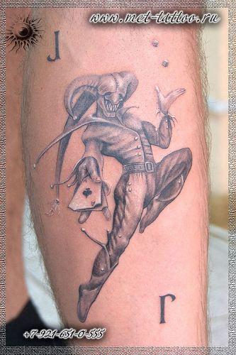 Мужская тату на икре. Джокер. Черно-белая татуировка.