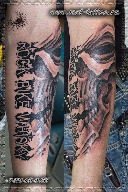 Мужская черно-белая татуировка на предплечье.